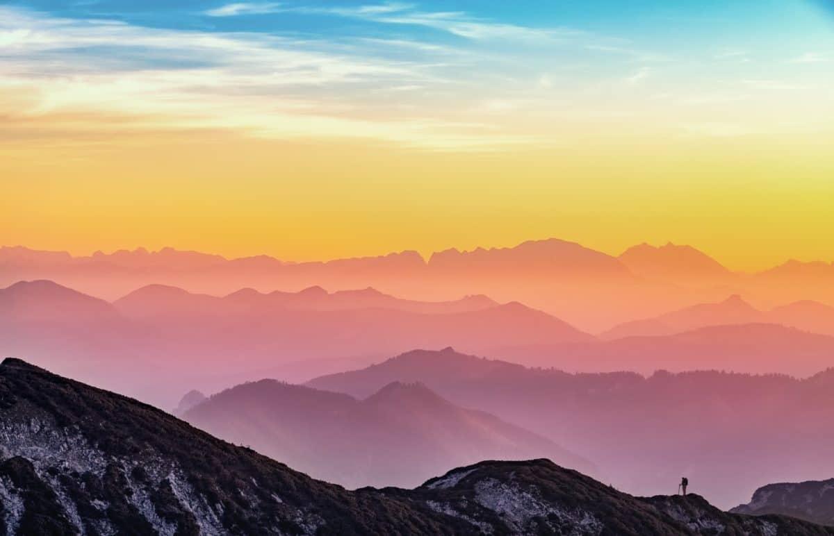 Berggipfel im Sonnenaufgang