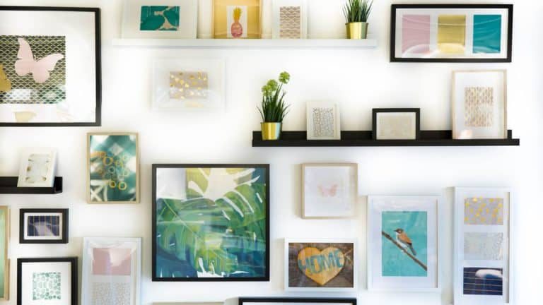 Verschiedene Bilder an der Wand sowie Deko-Elemente