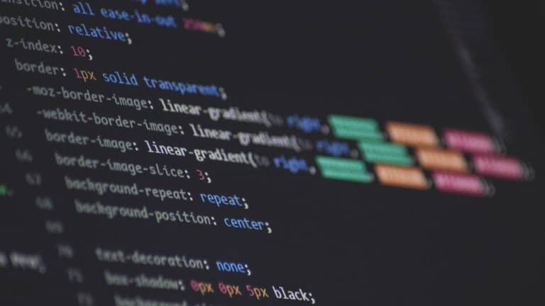 Foto eines Bildschirms, auf dem ein Texteditor mit farblich hervorgehobenen CSS-Code zu sehen ist.